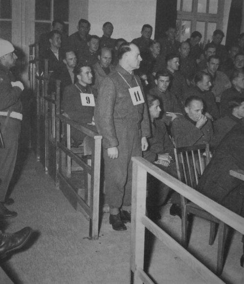 Бывший оберстгруппенфюрер СС Йозеф (Зепп) Дитрих среди подсудимых на процессе по делу о расстреле американских военнопленных. 1946 г.