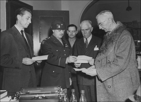 Я. Шахт, Ф. фон Папен и Г. Фриче с полковником армии США Б. Эндрусом во время Нюрнбергского процесса. Все трое были оправданы на Нюрнбергском процессе, но впоследствии были приговорены к различным срокам заключения на процессах по денацификации. 1947 г.