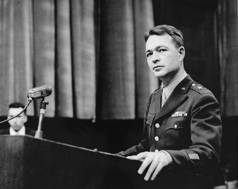 Старший обвинитель, бригадный генерал Телфорд Тэйлор в ходе Нюрнбергского процесса над врачами. 1947 г.