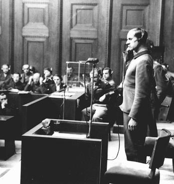Обвиняемый Карл Брандт дает показания во время Нюрнбергского процесса над врачами. 1947 г.