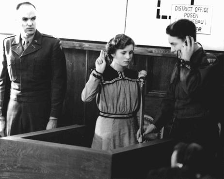 Пятнадцатилетнюю Марию Долезалову приводят к присяге как свидетеля обвинения на процессе по делу Главного расово-поселенческого управления СС. 1947 г.