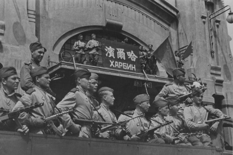 Советские бойцы-гвардейцы у здания железнодорожного вокзала в Харбине. Август 1945 г.