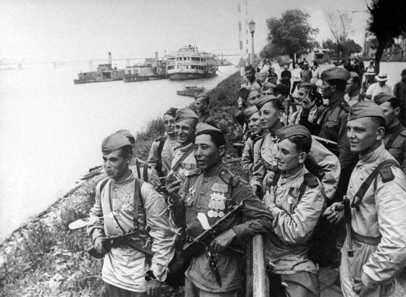 Советские солдаты на набережной реки Сунгари в Харбине. Август 1945 г.