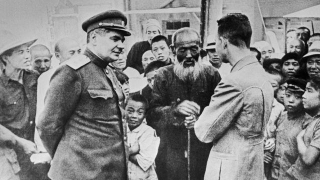 Генерал-лейтенант Георгий Козлов и жители Харбина. Август 1945 г.