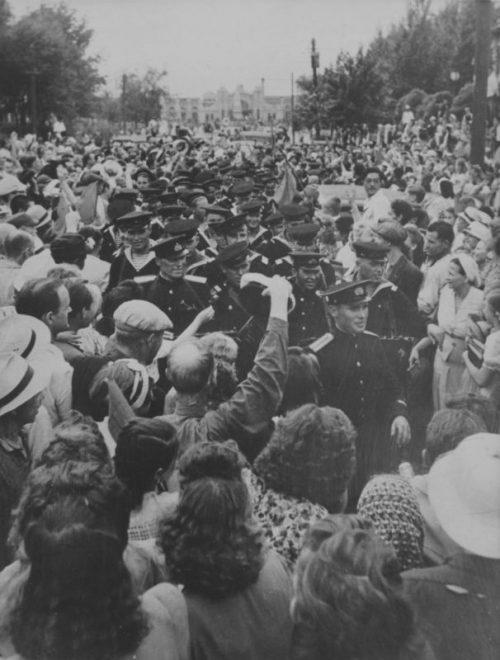 Жители Харбина приветствуют группу офицеров и матросов Амурской военной флотилии. Август 1945 г.