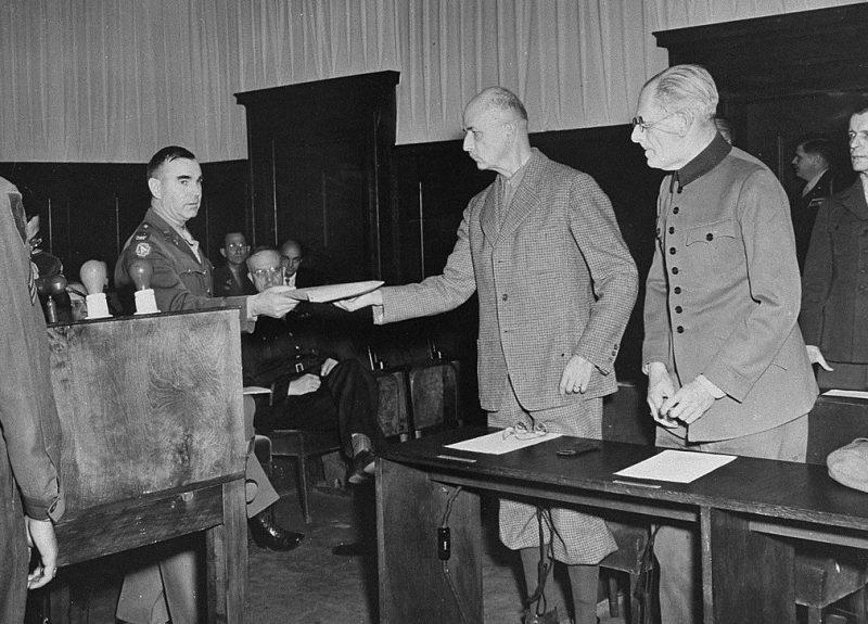 Вильгельму Листу вручают обвинительный акт по делу о заложниках. 1948 г.