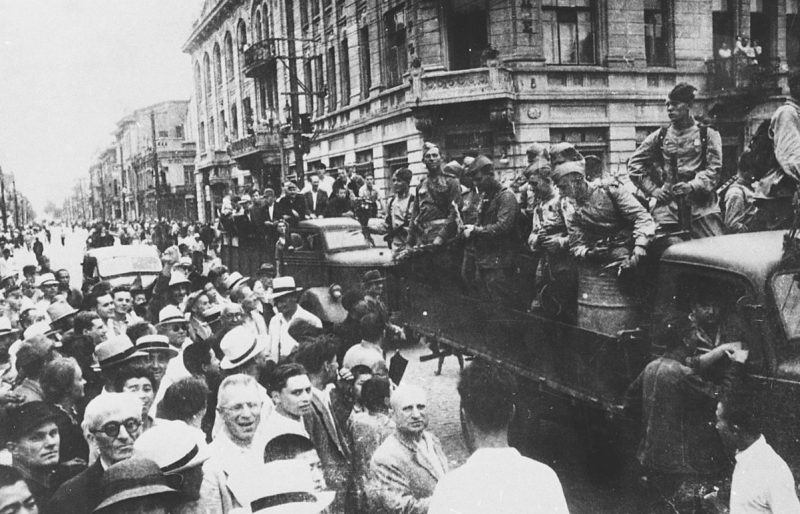 Советские войска на улице г. Муданьцзяна в Маньчжурии. Август 1945 г.