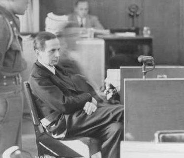 Обвиняемый Отто Олендорф дает показания в ходе Нюрнбергского процесса над айнзатцгруппами. 1947 г.