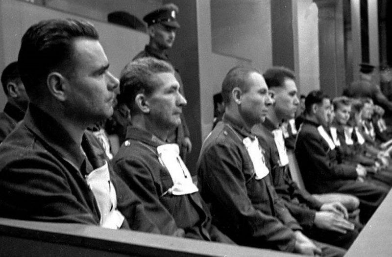 Обвиняемые из концлагеря в Бельзене начальник концлагеря И.Крамер, главный доктор концлагеря Ф.Клейн, начальник барака П.Вейнгарт и Г.Крафт на скамье подсудимых во время Нюрнбергского процесса.1948 г.