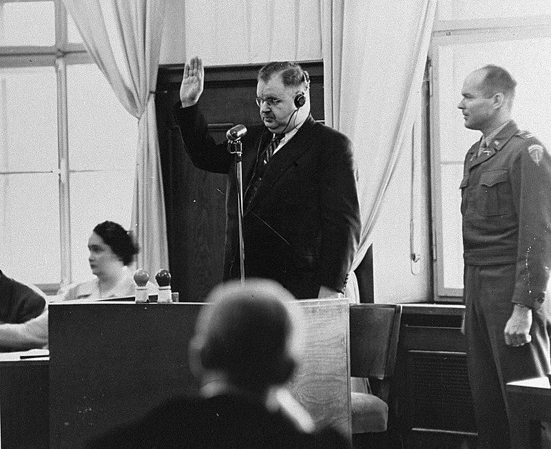 Выживший в Освенциме Филипп Ауэрбах дает показания от обвинения по делу Вильгельмштрассе. 1948 г.