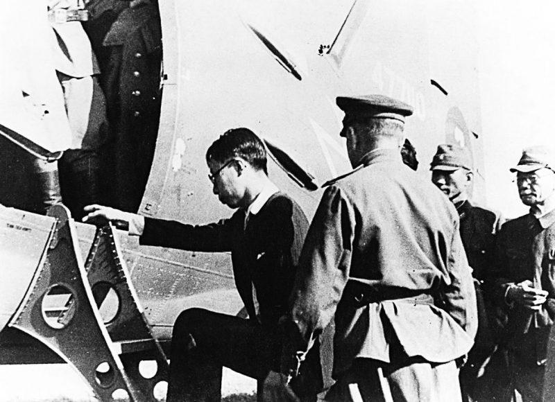 Император Пу И садится в самолет советских ВВС. Август 1945 г.