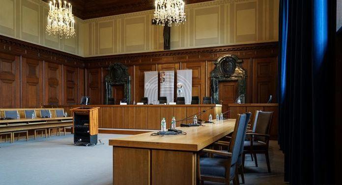 Так выглядит сегодня зал №600 во Дворце правосудия в Нюрнберге, где проходил судебный процесс над главными нацистскими преступниками. В 2010 году во Дворце правосудия открыт мемориальный музей истории Нюрнбергского процесса, частью которого является этот зал заседаний.