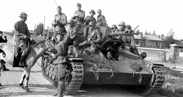 Китайские жители встречают советских танкистов. Август 1945 г.