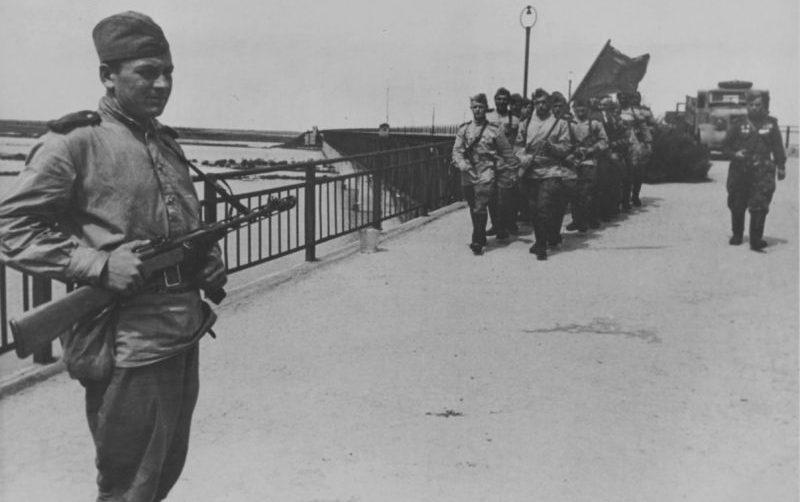 Советские солдаты у моста через реку в Маньчжурии. Август 1945 г.