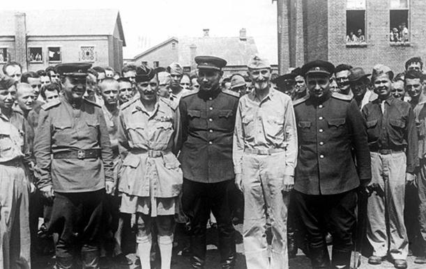 Советские генералы А. Н. Тевченко, А. Д. Притула, Г. Л. Туманян среди солдат и офицеров союзных армий, находившихся в плену у японцев. Август 1945 г.