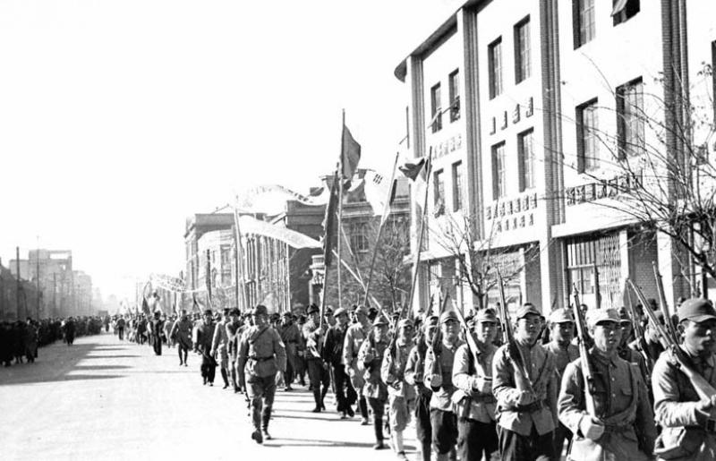 Части 8-й Народно-Освободительной армии Китая на улице освобожденного г. Мукдена. Август 1945 г.