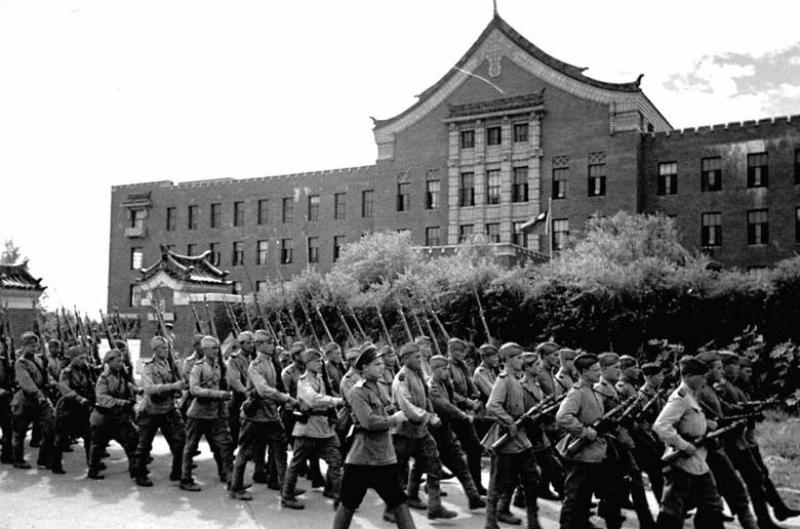 Советские войска проходят по улицам города Чень-Чунь. Август 1945 г.
