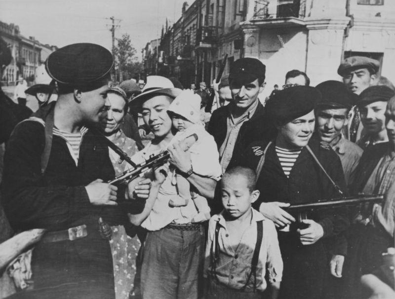 Жители города в Маньчжурии и моряки Амурской военной флотилии. Август 1945 г.