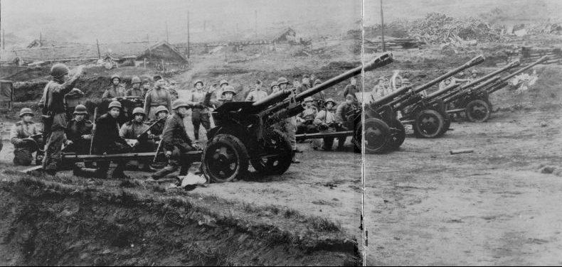 Артиллеристы 101-й стрелковой дивизии дают салют в честь взятия японской базы Катаока. Август 1945 г.