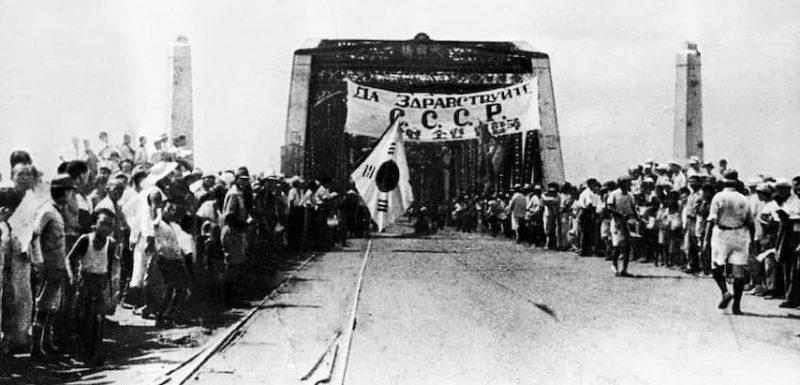 Жители Пхеньяна в ожидании Красной Армии. Август 1945 г.