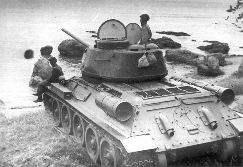 Танки Т-34-85 6-й советской гвардейской танковой армии на побережье Ляодунского залива. Август 1945 г.
