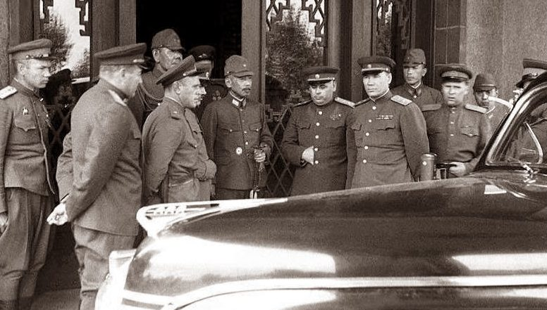 Советские офицеры во время приема капитуляции японских частей. Август 1945 г.