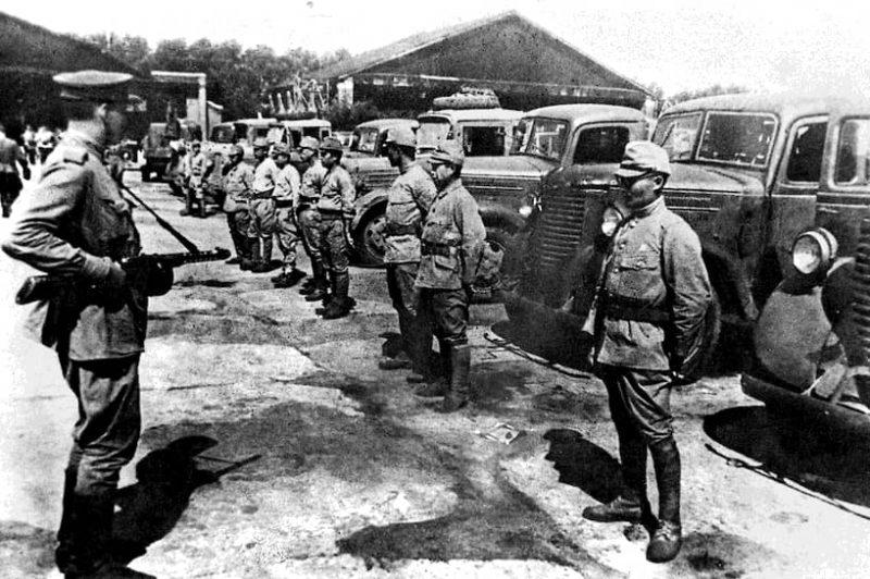Передача японской автобазы советским войскам после капитуляции. Август 1945 г.