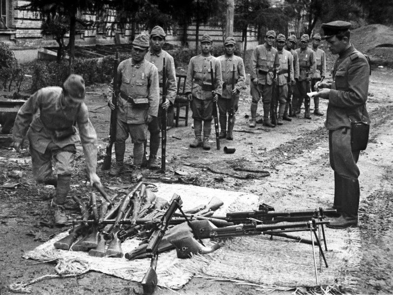 Японские солдаты сдают оружие советскому офицеру. Август 1945 г.