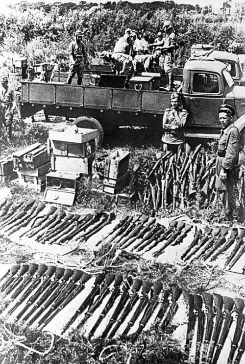 Солдаты капитулировавшей японской армии сдают советским военным винтовки. Август 1945 г.