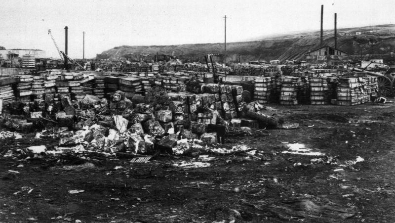 Захваченные японские боеприпасы на пирсе Катаока острова Шумшу. Август 1945 г.
