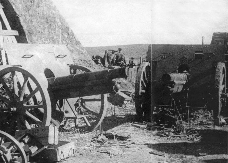 Полевые 75-мм орудия на военном аэродроме Катаока острова Шумшу. Август 1945 г.