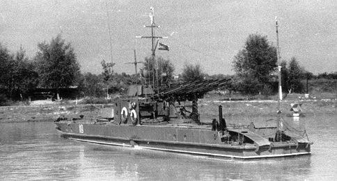 Бронекатер Дунайской флотилии с установкой залпового огня «Катюша».