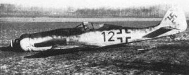 Немецкий истребитель Fw 190 принуждено посаженный близ Брюсселя.