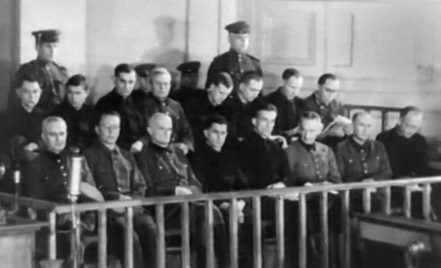 Обвиняемые на скамье подсудимых.