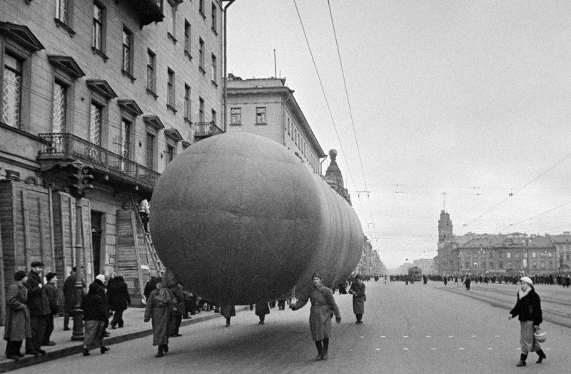 Газгольдер для заправки аэростатов в Ленинграде на Невском проспекте. 1941 г.