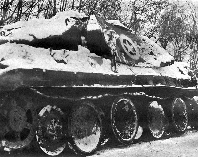 Подбитый немецкий танк «Пантера», замаскированный под САУ M10.