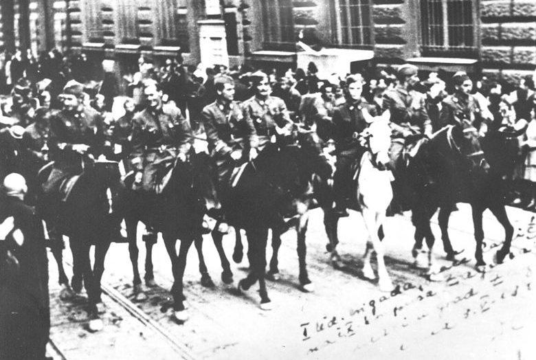 Офицеры 10-го Загребского корпуса входят в Загреб.