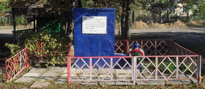 п. Великая Писаревка. Памятный знак на улице, где родился и жил Герой Советского Союза Середа И.М.