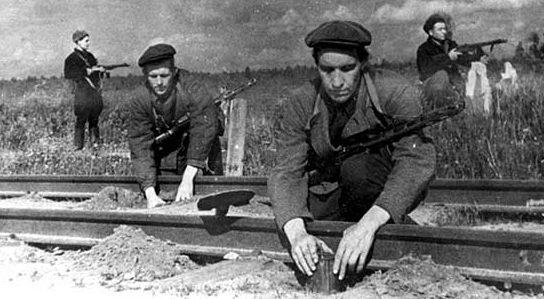 Партизаны отряда «Народный мститель» Темкинского района минируют железнодорожное полотно. Смоленская область. Сентябрь 1943 г.