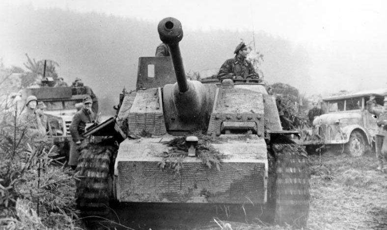Немецкая бронетехника во время Арденнского наступления.