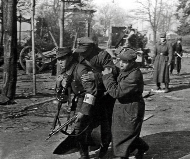 Эвакуация раненого поляка.