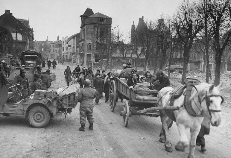 Бельгийцы покидают город Бастонь. Декабрь 1944 г.