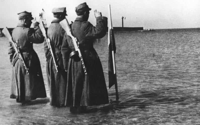 Польский флаг у Балтийского моря. 18 марта 1945 г.