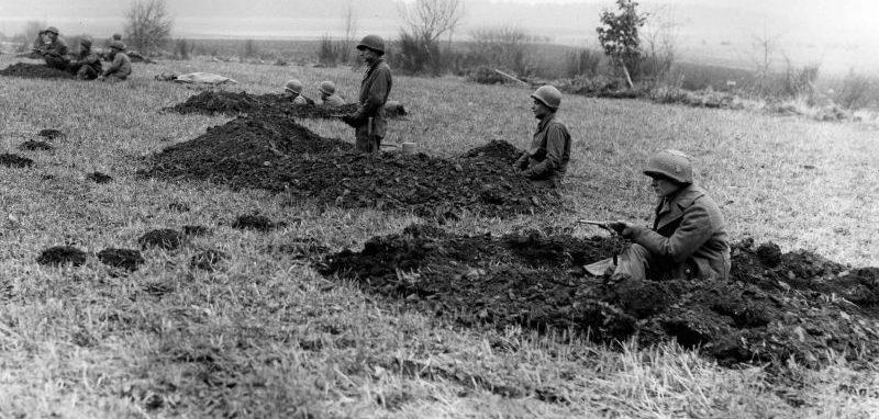 Солдаты из 630-го противотанкового батальона армии США занимают позиции в районе Бастони. Декабрь 1944 г.