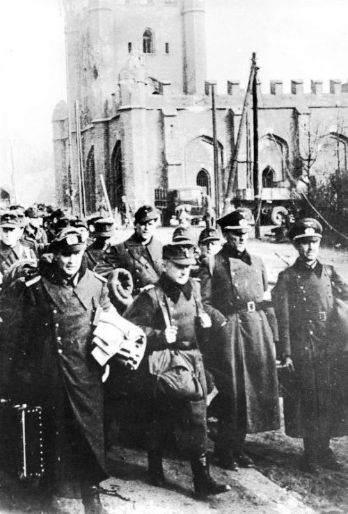 Немецкие военнопленные в Кенигсберге.