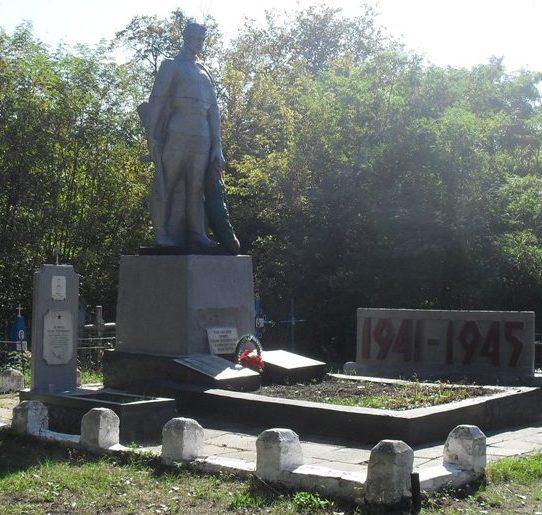п. Великая Писаревка. Памятник на кладбище, установленный на братской могиле советских воинов.