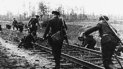 Когда взрывчатки не было, железную дорогу просто разбирали.