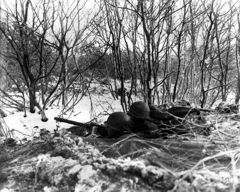 Американские десантники из 101-й десантной дивизии в районе Бастони. Бельгия, декабрь 1944 г.