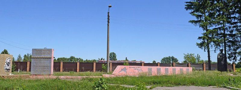 г. Ахтырка. Братская могила советских воинов на северо-востоке города, у автодороги Сумы – Харьков.
