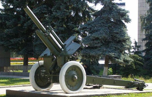 Гаубица М-30 на мемориале.